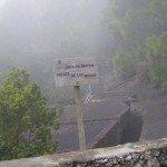 Ankunft bei einer Wanderung im Nebel.