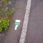 In diesem Beispiel folgt ein Rechtsabzweig. Weiß/grün ist die Farbe für örtliche Wanderwege.