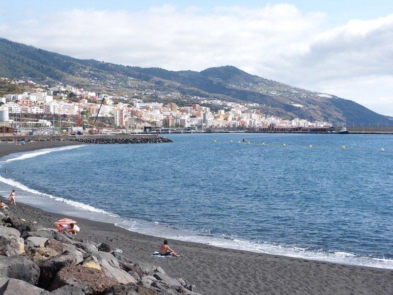 Santa Cruz de La Palma, die Stadt von der Playa Bajamar aus gesehen