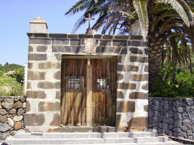 La Palma-Eingangstor zu einem halb verfallenen Herrenhaus bei Santa Lucia.