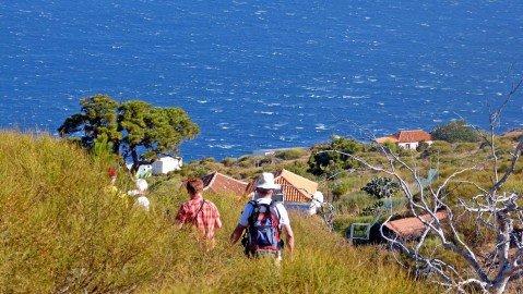 Abstieg zur Lomada Grand auf verwachsenem Pfad mit herrlichen Ausblicken