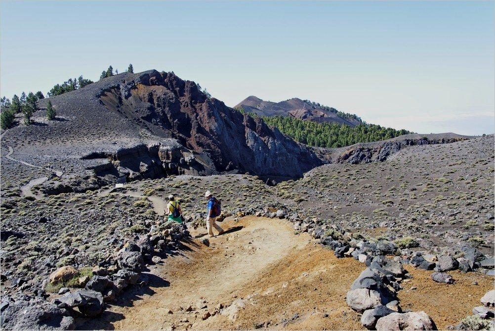 Vulkanroute-La-Palma-Ausblick-vom-Hoyo-Negra-Crater-zur-Deseada-im-Hintergrund